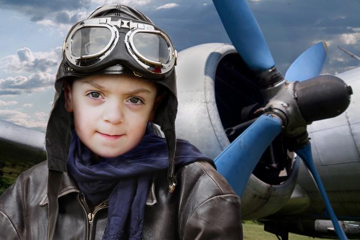 Kind steht vor einem Flugzeug